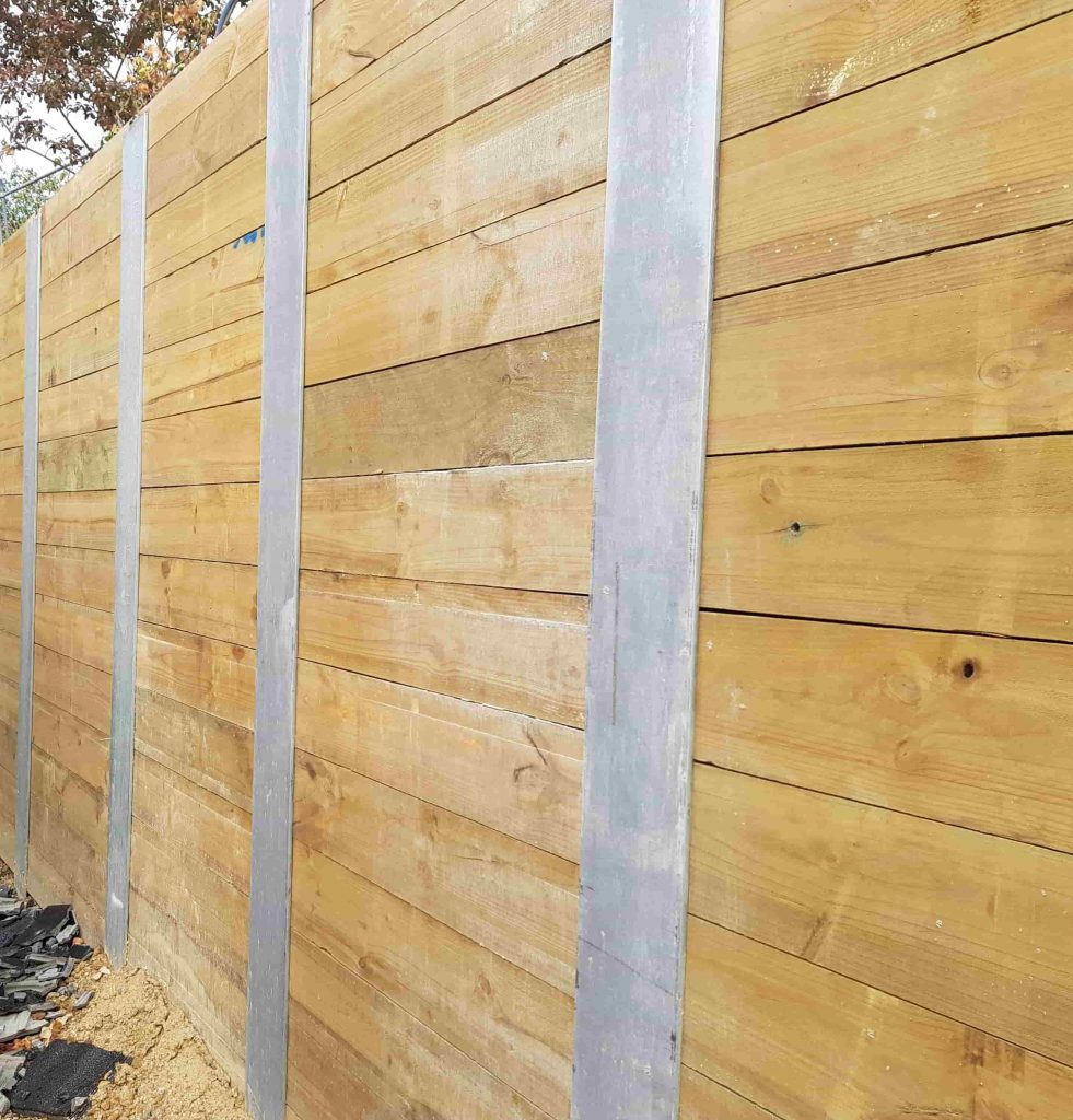 Timber sleeper retaining wall with metal posts